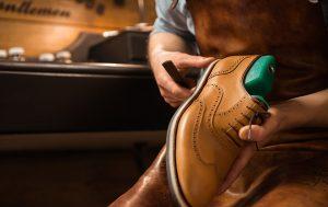 cara mengembalikan warna sepatu
